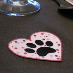 3 confetti de table coeurs de Saint-Valentin, motif patte de chat dans un coeur et textes, Tribu de chats, mise en situation 2